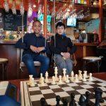 Samuel en Parsa winnen ratingprijs op Kroegloperstoernooi in Leiden.