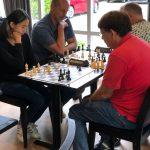 Janice en Samuel schaken         aan de kust.